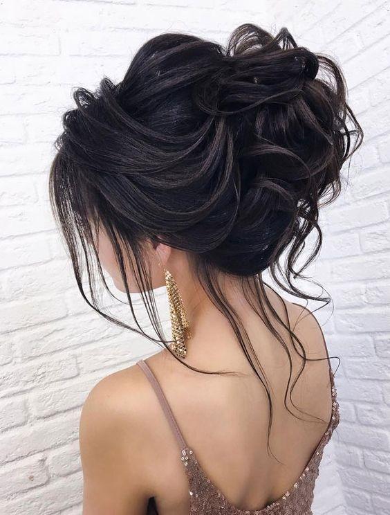 Upięte ciemne włosy