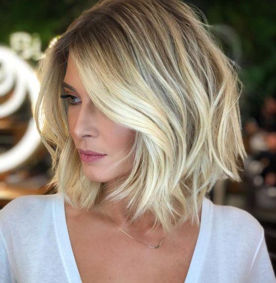 Cieniowane blond włosy do ramion
