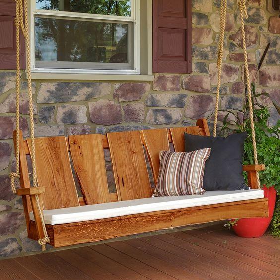 Drewniana huśtawka do ogrodu